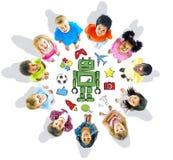 小组不同种族的不同的孩子爱好 库存图片