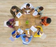 小组不同种族的商人在会议 库存照片