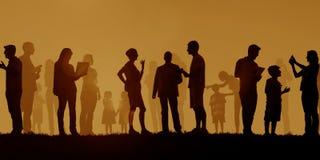 小组不同种族的户外人社会媒介概念 免版税库存图片