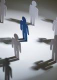 小组与一蓝色一个的相似的papermen 免版税库存图片
