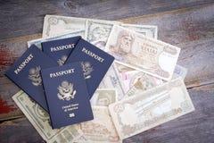 小组与外国钞票的美国护照 免版税库存图片