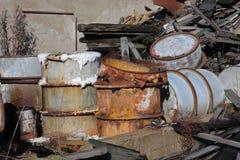 小组与有毒废料的桶 免版税库存照片
