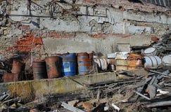 小组与有毒废料的桶 库存图片