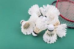 小组与球拍的worned羽毛球shuttlecock在法院 库存图片