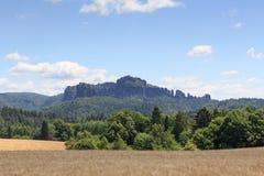 小组与粮田的岩石Schrammsteine和Falkenstein在撒克逊人的瑞士 免版税库存照片