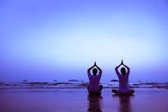 小组与老师的瑜伽锻炼 免版税库存照片
