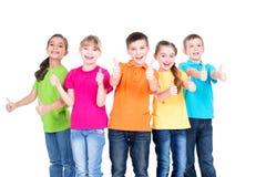 小组与赞许标志的愉快的孩子 免版税库存图片