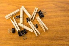 小组与任意样式的黑夹子和木头晒衣夹 免版税库存照片