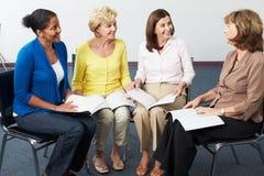 小组读书俱乐部的妇女 免版税库存照片
