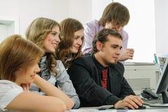 小组买卖人与个人计算机一起使用在办公室 免版税库存图片