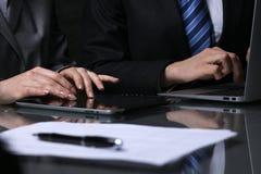 小组买卖人或律师在会议上 低调照明设备 免版税库存照片