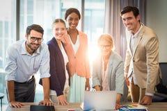 小组互动使用膝上型计算机的商人 免版税库存图片