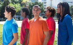 小组五个男性年轻成人在城市 库存照片