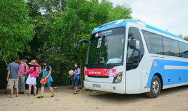 小组五颜六色的汽车等待对新的旅行在西贡 库存图片