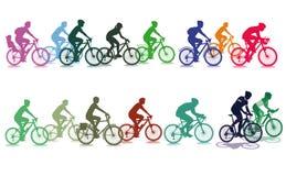 小组五颜六色的骑自行车者 免版税库存图片