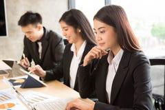 小组亚洲事务在会议室 免版税库存照片
