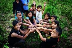 小组亚洲孩子在乡下 免版税库存图片
