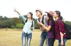 年轻小组享受假期和旅游业 免版税库存照片