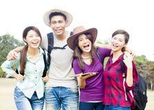 年轻小组享受假期和旅游业 免版税图库摄影