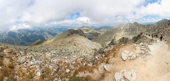 小组人上升的山全景 免版税库存图片