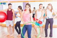 年轻小组人民带领健康生活方式,在健身r的锻炼 库存照片