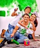 小组人油漆墙壁在家 库存图片