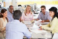 小组会议在创造性的办公室 免版税库存照片