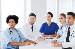小组会议的愉快的医生在医院 免版税库存照片