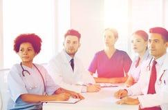 小组会议的愉快的医生在医院 免版税图库摄影
