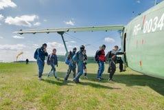 小组伞兵进入AH-2飞机 库存照片