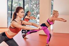小组体育健身房的三名妇女在停止 免版税图库摄影
