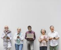 小组使用数字式生活方式概念的资深退休 免版税库存图片