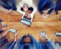 小组使用数字式设备概念的商人 免版税库存图片