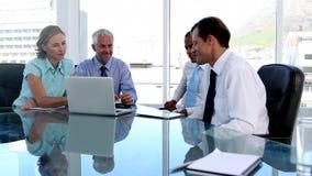 小组使用片剂计算机和膝上型计算机的商人 股票录像