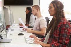 小组使用网上资源的大学生 库存图片