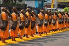 小组修士佛教走在瓣万寿菊线 免版税图库摄影