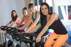 小组健身房循环的四名妇女 图库摄影