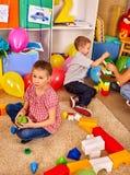 小组儿童在地板上的比赛块 库存图片