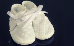 小婴儿赃物鞋子 免版税库存图片