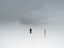 小组冬天山风暴的游人 免版税库存照片
