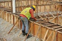 小组制造地梁模板的建筑工人 图库摄影