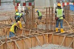 小组制造地梁模板的建筑工人 库存图片