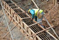 小组制造地梁模板的建筑工人 免版税库存图片