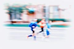 小组移动的,迷离作用,无法认出的面孔三个年轻赛跑者 城市马拉松 体育,健身和健康 库存图片