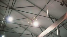 小直升机飞行在天花板下户内 飞行在地板的寄生虫 股票录像