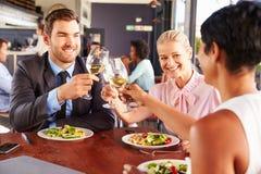 小组午餐的商人在餐馆 免版税库存照片