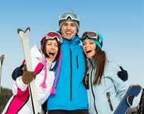 小组半身画象拥抱的滑雪者朋友 免版税库存照片