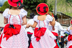 小组从厄瓜多尔的西班牙人在街道上跳舞 免版税库存图片