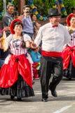 小组从厄瓜多尔跳舞的拉丁美州的人在街道上 免版税库存图片