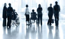 小组和残疾人在大厅商业中心 图库摄影